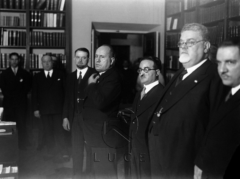 Mussolini visita la sede dell'Istituto Treccani dove si compila l'Enciclopedia Italiana ..